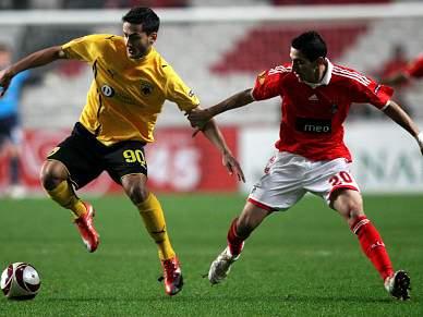 Di María dá vantagem ao Benfica ao intervalo