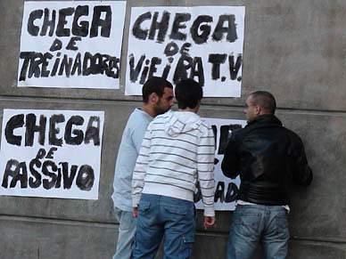 Manifestantes em protesto no estádio da Luz