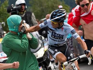 Contador agride espectador a soco
