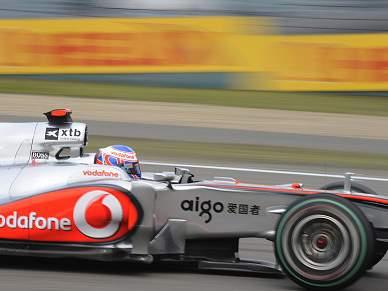 Button vence e McLaren faz