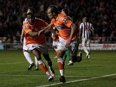 Blackpool vence WBA por 2-1 contra nove jogadores