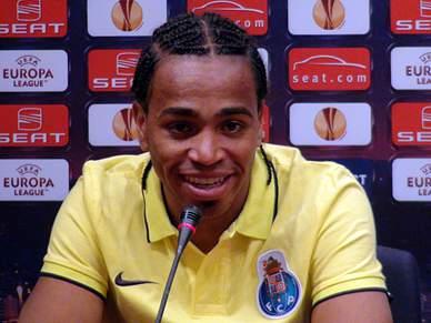 Alvaro Pereira tem fome de triunfos