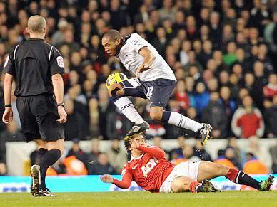 Tottenham empata líder United