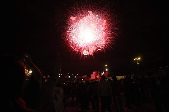 Fogo de artifício ilumina festa encarnada