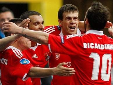 Benfica sofre, mas bate Fundão