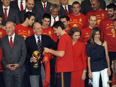 Rei Juan Carlos recebe camisola dos