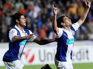 Pé de Falcao leva FC Porto aos oitavos