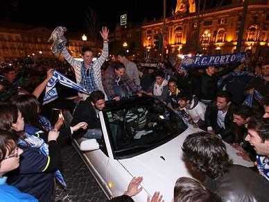 """Dezenas de adeptos dos """"dragões"""" celebram apuramento para final nas ruas do Porto"""