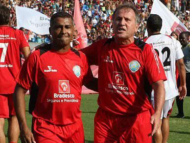 Zico e Romário fazem as pazes perante 72 000 adeptos no Maracanã