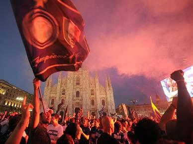 Adeptos do Inter nas ruas de Milão para festejar