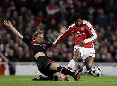 Alex Song renova com Arsenal