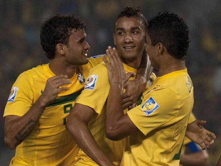 Danilo marca no empate do Brasil