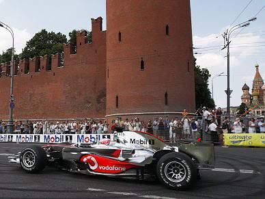 Jenson Button e Vitaly Petrov exibem-se junto ao Kremlin