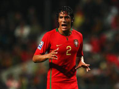 Pepe-Alves no eixo da defesa, Postiga no ataque
