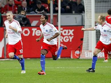Leverkusen vence Hamburgo e aproxima-se do topo