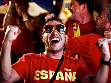 Festa instala-se em Espanha, milhares nas ruas das principais cidades