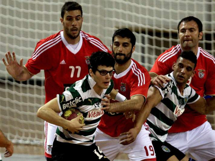 Sporting vence Benfica e apanha FC Porto
