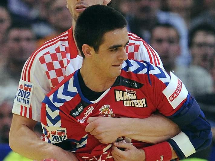 Jogador sérvio hospitalizado depois de ser atingido num olho