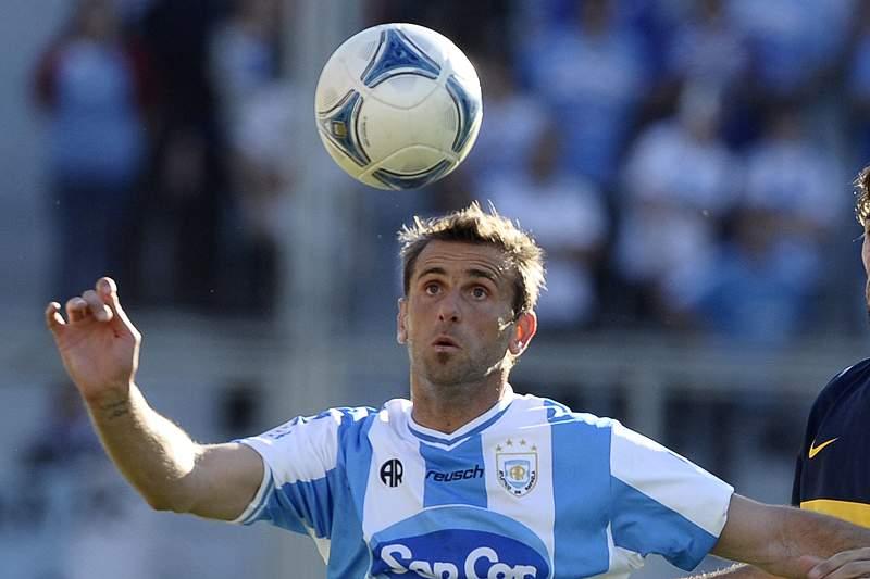 Cesar Carignano disputa a bola com Rolando Schiavi do Boca Juniors
