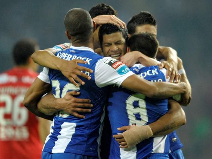 Triunfo no Funchal e desaire do Benfica dá título ao FC Porto