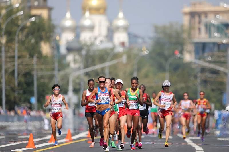 Atleta interrompe maratona para ajudar colega