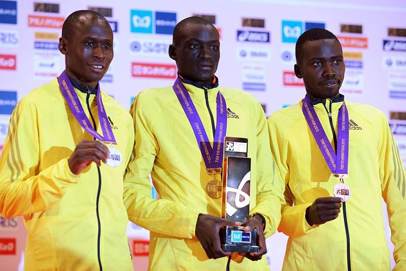 Quenianos dominam maratona masculina de Tóquio