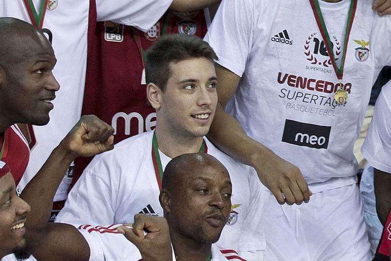 Benfica vence Ovarense e recupera liderança