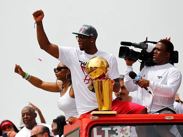 Heat desfilam nas ruas de Miami com o troféu Larry O'Brien