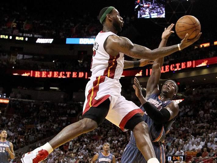 LeBron James decisivo na vitória dos Heat