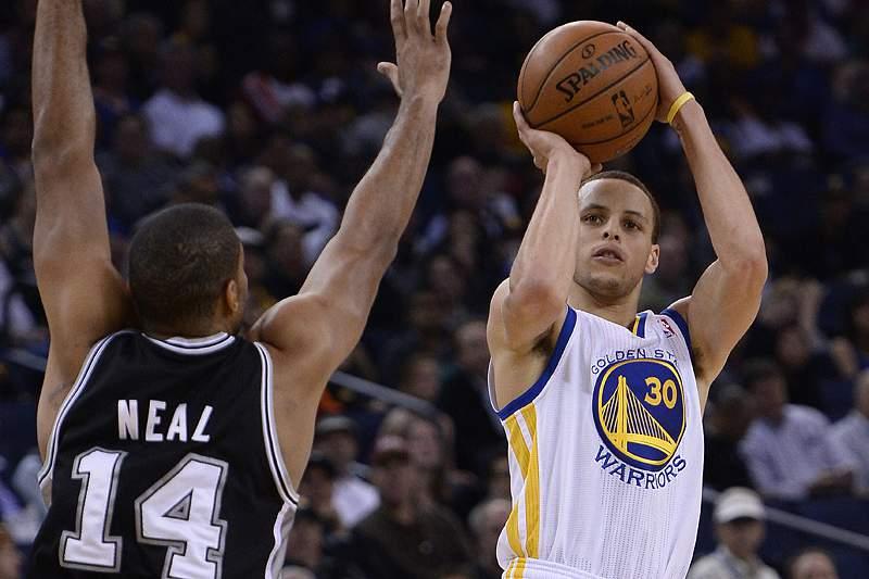 Stephen Curry bate recorde de triplos na fase regular