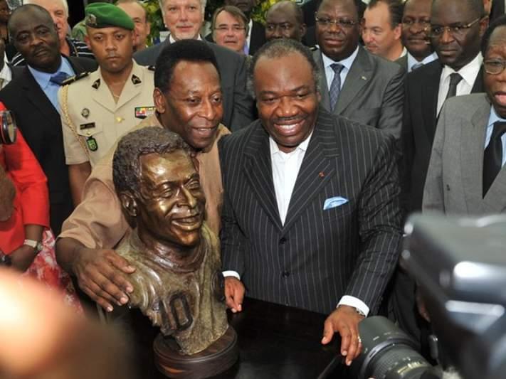 Pelé com busto no Gabão