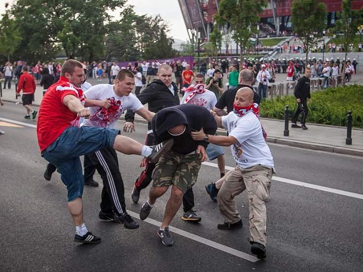 Confrontos entre adeptos da Polónia e da Rússia