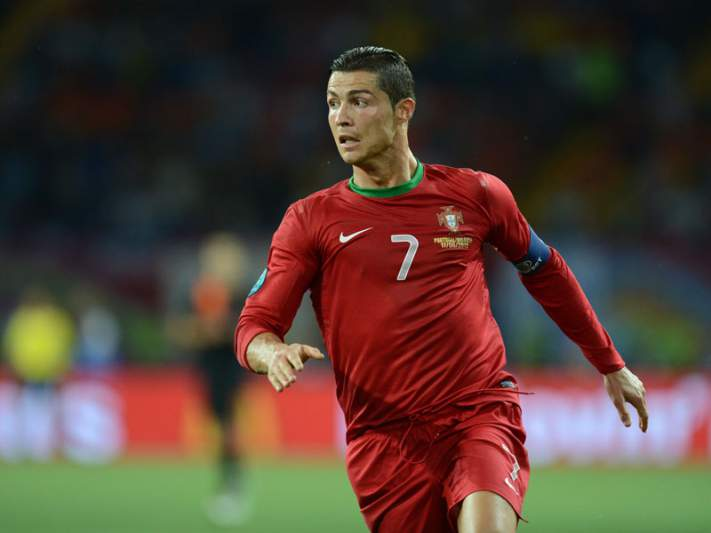 Cristiano Ronaldo é o primeiro jogador luso a marcar em cinco fases finais