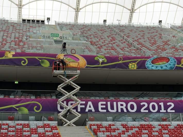 Grécia e Polónia põem a bola a rolar