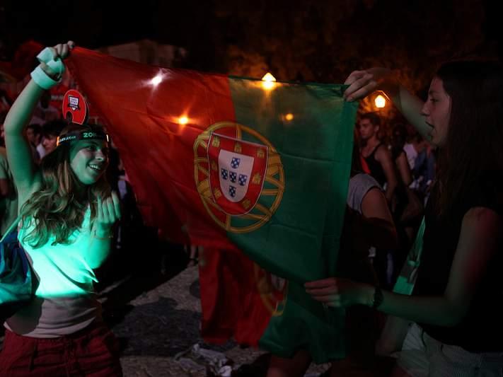 Centenas de adeptos festejam vitória, em Faro