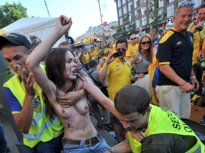 Feministas protestam antes do jogo