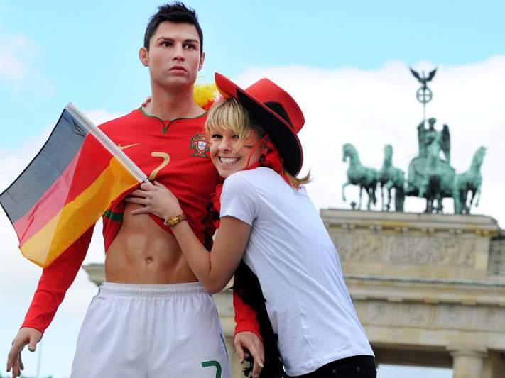 Ronaldo de cera encanta fãs alemãs