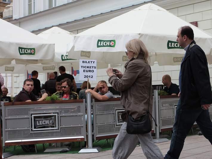 Adeptos holandeses chegam ao estádio em cordão de festa