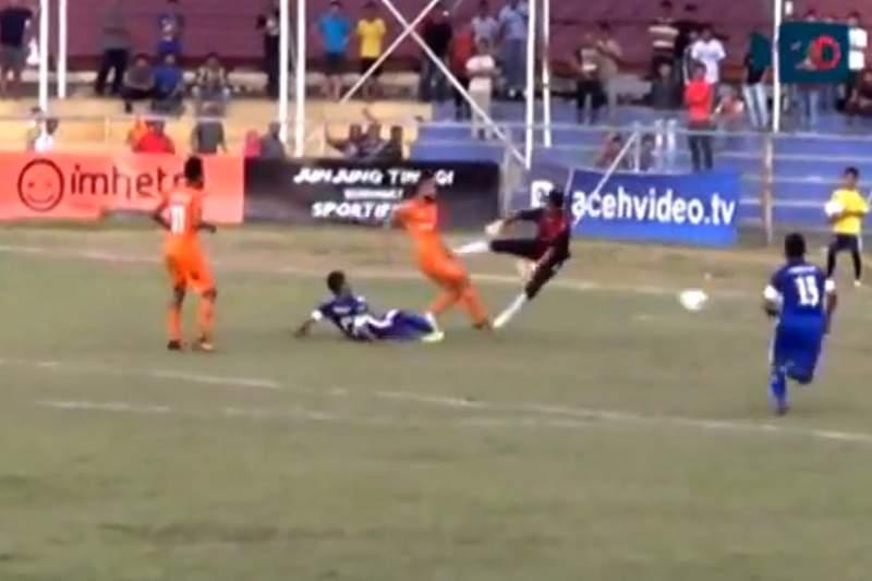 Jogador indonésio morre após choque com guarda-redes
