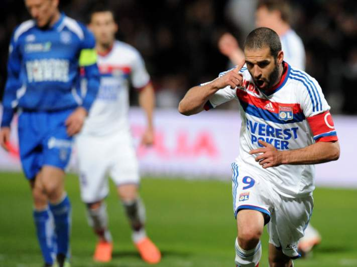 Lyon dá a volta e vence Lorient