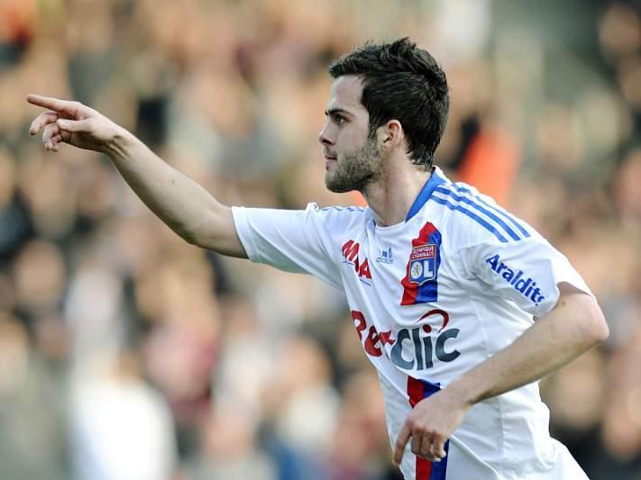 Lyon contrata Gueida Fofana e vende Pjanic à AS Roma