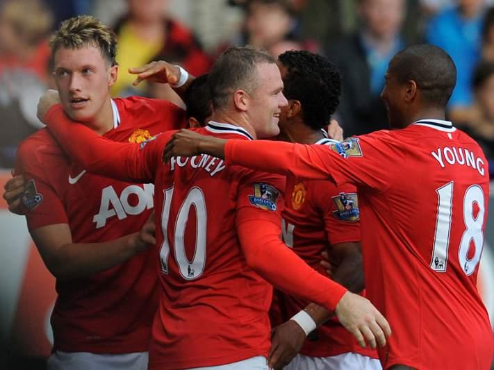 Inspirado Rooney mantém United na luta