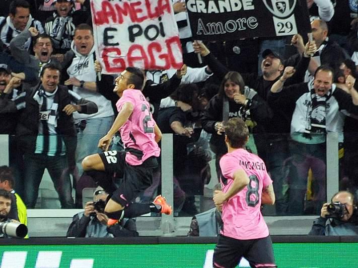 Juventus e Milan goleiam e continuam separados por três pontos