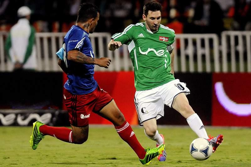 Jogo de beneficência com Messi, Aimar e Jackson Martinez marcado por protestos