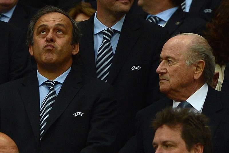 Michel Platini entrega o troféu ao presidente da câmara de Turim