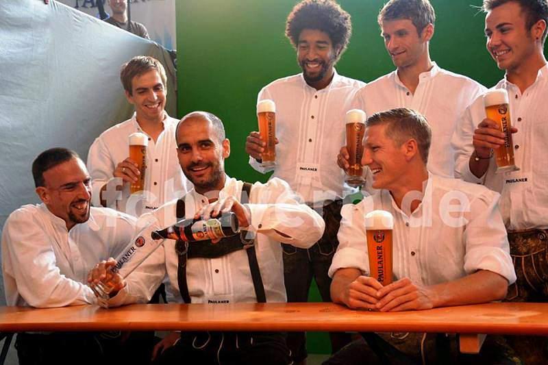 Guardiola veste-se de alemão e divulga cerveja
