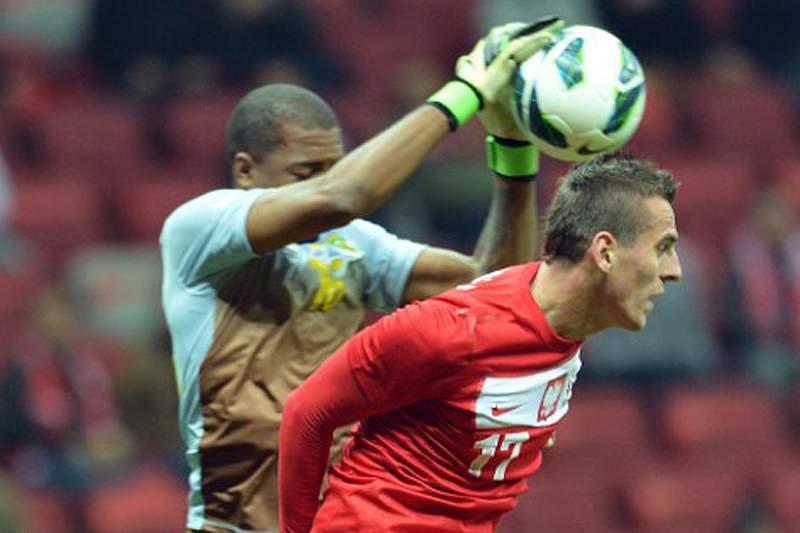 Milik assina pelo Leverkusen