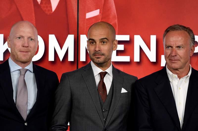 Guardiola surgiu ladeado por Mathias Sammer e Karl-Heinz Rummenigge