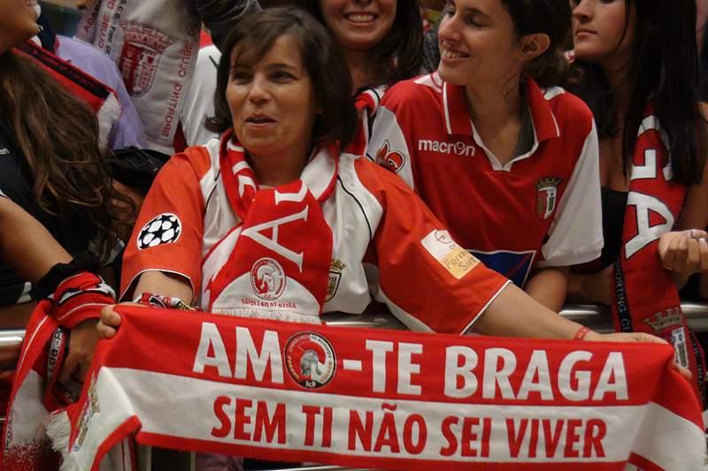 Adeptos tomam conta do aeroporto do Porto