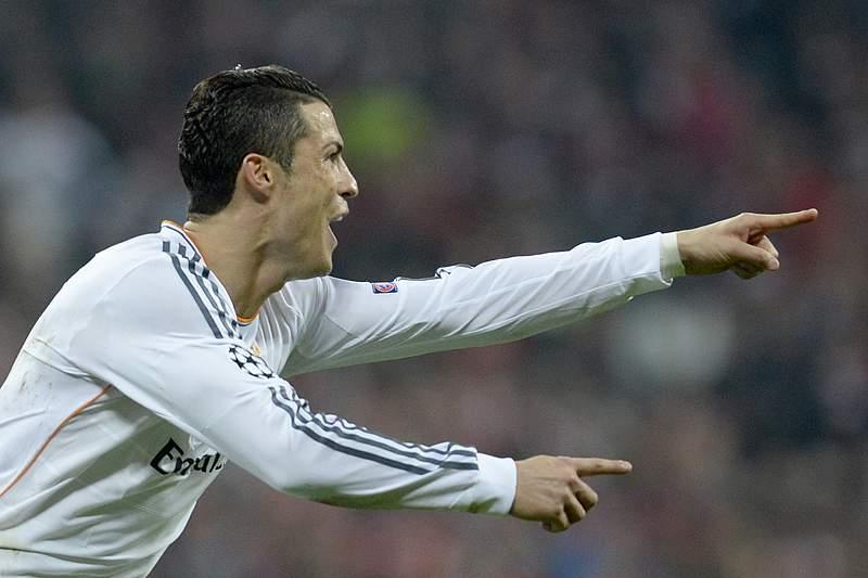Ronaldo iguala Messi com três Botas de Ouro